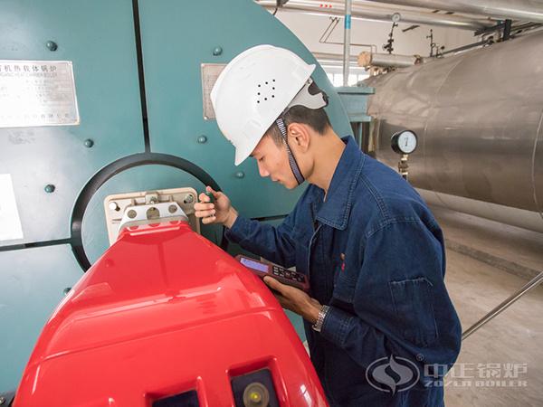 中正锅炉服务人员调试燃烧器